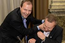 Ministr školství, mládeže a tělovýchovy Marcel Chládek z ČSSD (vlevo) v žertu škrtí ministra životního prostředí Richarda Brabce z ANO před jednáním vlády, která zasedala 9. dubna v Praze.