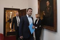 Místopředseda vlády a ministr vnitra Jan Hamáček (ČSSD) přichází na schůzi vlády 17. února 2020 v Praze