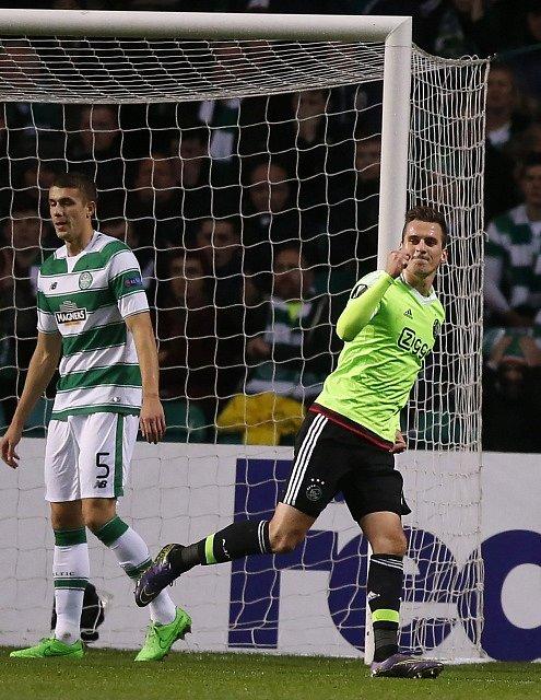 Arkadiusz Milik slaví gól v síti Celticu.