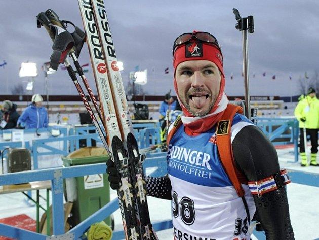 Biatlonista Jean-Philippe Leguellec se raduje z vítězství ve stíhačce SP.
