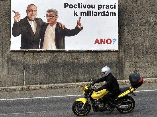 Billboardy útočící na lídra hnutí ANO a podnikatele Andreje Babiše se objevily v Ostravě, říjen 2013.