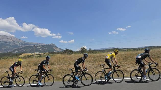 Chris Froome (ve žlutém) a Leopold König (třetí zleva) v šestnácté etapě Tour de France.