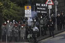 Policisté v ulicích Hongkongu (na snímku z 14. listopadu 2019)