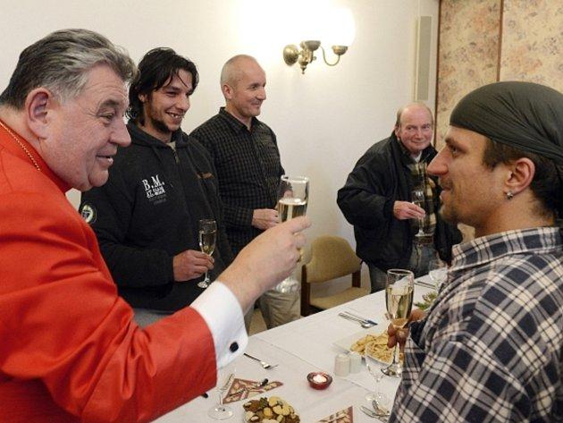 Kardinál Dominik Duka (vlevo) zahájil v Arcibiskupském paláci v Praze tradiční vánoční oběd pro chudé, bezdomovce, uprchlíky a všechny osamělé lidi.