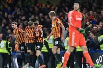 Černý den. Brankář Chelsea Petr Čech (vpravo) nestačil na čtyři góly třetiligového Bradfordu.