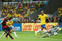 Střelec Německa Miroslav Klose (vlevo) překonává brankáře Brazílie Júlio Césara.
