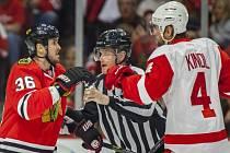 Jakub Kindl z Detroitu (vpravo) si vyřizuje účty s Davem Bollandem z Chicaga.