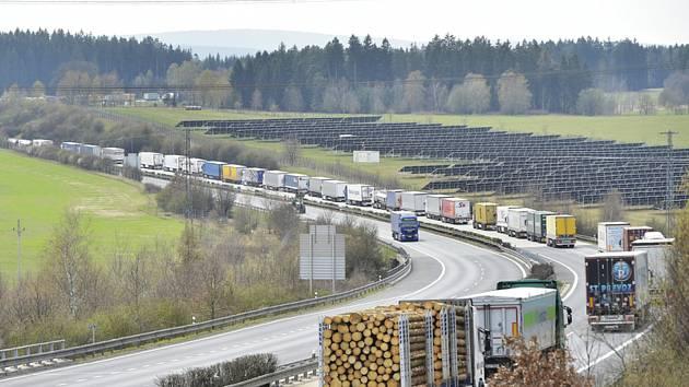 Před hraničním přechodem Rozvadov na Tachovsku na dálnici D5 na výjezdu z Česka do Německa se tvořily 15. dubna 2020 kolony nákladních vozidel dlouhé deset až 15 kilometrů. Kolony kamionů se tam kvůli kontrolám zavedených jako opatření proti šíření korona