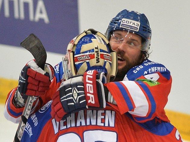 Hokejisté Lva Praha Petri Vehanen a Nathan Oystrick se radují z výhry.