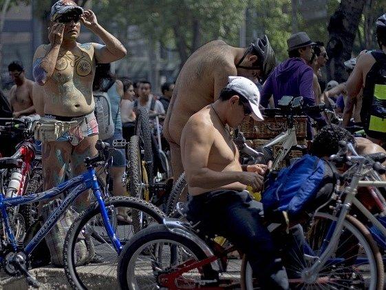 Stovky nahých mexických cyklistů protestovaly v Mexiku proti nadvládě aut