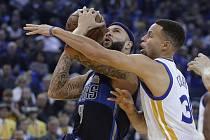 Stephen Curry z Golden State (vpravo) brání Derona Williamse z Dallasu.