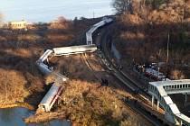 Příměstský vlak sjel z trati ve čtvrti Bronx. Podle fotografií a televizních záběrů z místa nehody se mimo koleje dostalo zhruba pět ze sedmi vagonů soupravy.