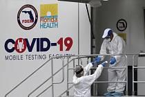 Testovací místo na nemoc covid-19 v americkém Miami Beach na Floridě, 17. července 2020