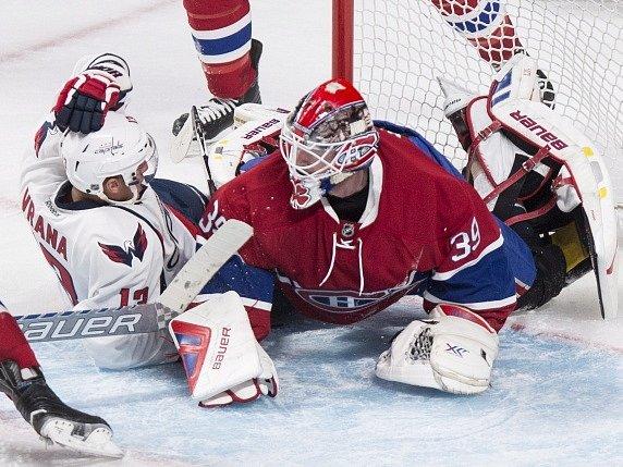 V přípravném zápase NHL podlehli Montreal Canadians na ledě Washington Capitals 3:4 po nájezdech. Na snímku Jakub Vrána v souboji s brankářem Mikem Condonem.