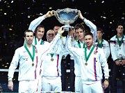 """Opět slavnou """"salátovou mísu"""" pozdvihli nad hlavu. Čeští tenisté (zleva) Radek Štěpánek, Lukáš Rosol, kapitán Vladimír Šafařík, Tomáš Berdych a Jan Hájek obhájili triumf v Davis Cupu."""