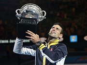 Novak Djokovič září, počtvrté v kariéře ovládl Australian Open.