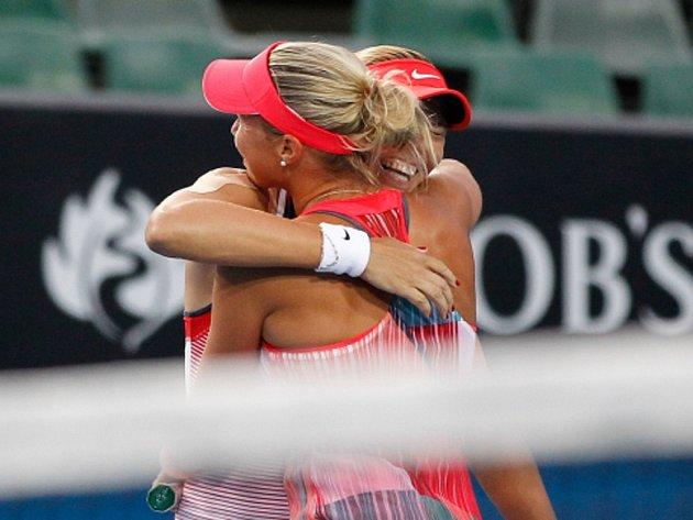Andrea Hlaváčková (vlevo) a Lucie Hradecká se radují z vítězství.