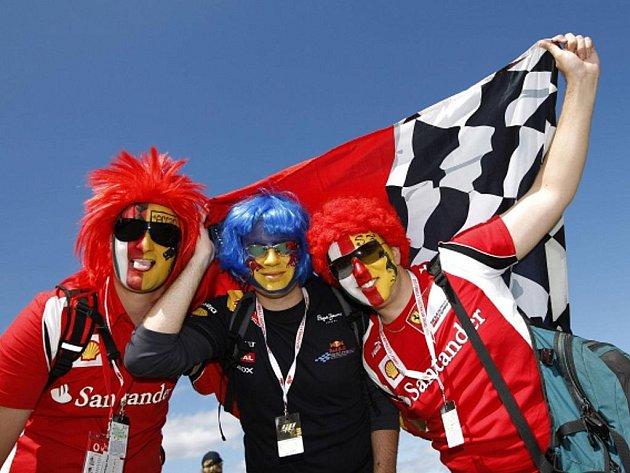 Fanoušci stáje Ferrari na závodu formule 1 v Melbourne.