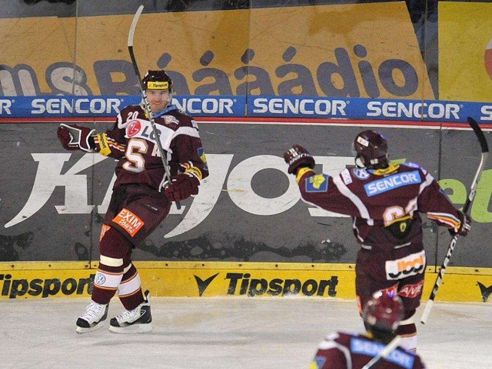 Hokejisté Sparty Petr Ton (vlevo) a Petr Tenkrát se radují z gólu.