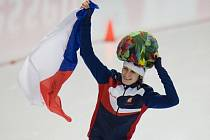 Martina Sáblíková slaví vítězství v závodu na 5000 m na světovém šampionátu.