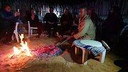 Pečení chleba na ohni v kempu Zmela.
