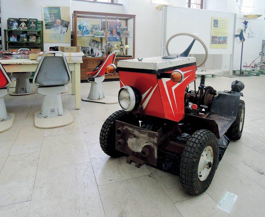 """Věřili byste, že """"nouze naučila Dalibora housti"""" doté míry, že si lidé byli schopni svépomocí postavit ivlastní funkční traktor?"""