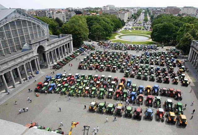 Nedaleko bruselského sídla Evropské unie se ve středu na protest proti drahým palivům sjelo na sto traktorů. V ulicích města ale protestovali i řidiči kamionů a taxíků.