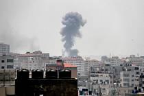 Izraelské letectvo v reakci útočilo v Gaze.