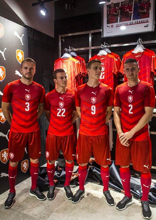 Čeští fotbalisté (zleva) Michal Kadlec, Vladimír Darida, Bořek Dočkal a Pavel Kadeřábek pózují v nových dresech pro Euro 2016.