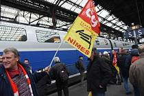 Pracovníci železniční dopravy SNCF protestují proti reformám francouzského prezidenta Emmanuela Macrona.