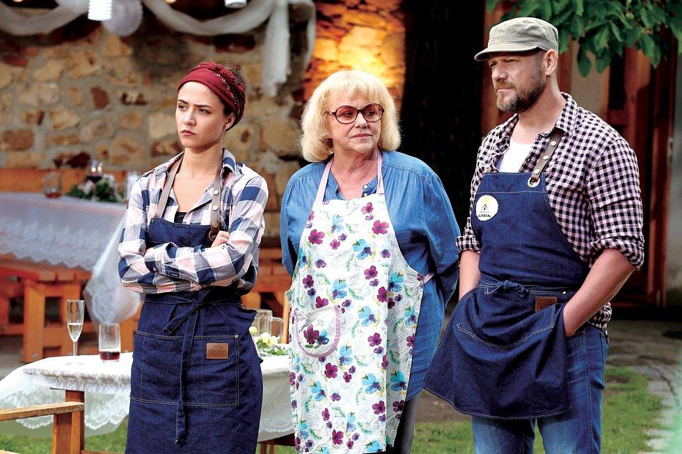 Eva Burešová (vlevo) v novém seriálu Slunečná.
