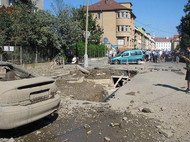Dva lehce zranění lidé a několik desítek zničených zaparkovaných automobilů. Taková je bilance pondělního výbuchu parovodu v Českých Budějovicích. Příčina výbuchu se vyšetřuje.