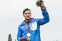 Martin Fuksa na stupních vítězů se stříbrnou medailí