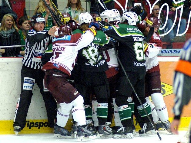 Hokejisté Sparty (v rudém) a Karlových Varů si vyřizují účty.