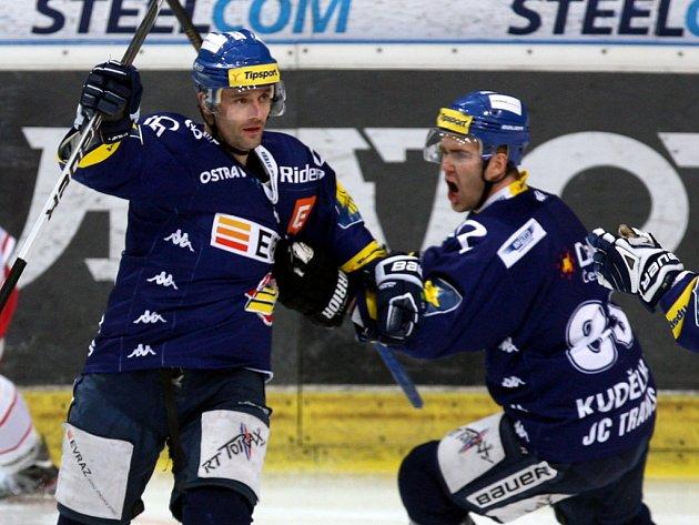 Hokejisté Vítkovic Jiří Burger (vlevo) a Tomáš Kudělka.