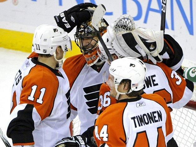 Hokejisté Philadelphie se radují z vítězství.