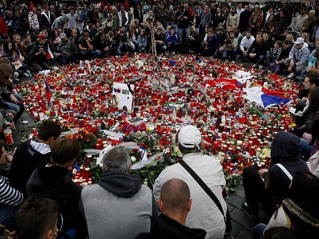Lidé přicházeli i 8. září na pražské Staroměstské náměstí, aby uctili památku třech hokejových reprezentantů, kteří zahynuli při leteckém neštěstí v Rusku.
