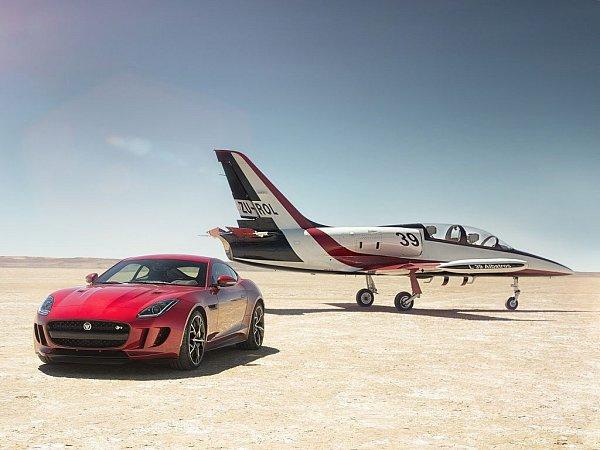 Jaguar F-Type spohonem všech kol.