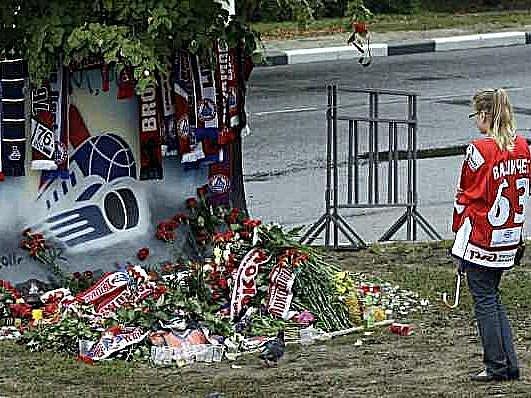 Fanynka v dresu Josefa Vašíčka oplakává smrt hokejistů Lokomotivu Jaroslavl.