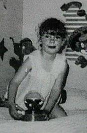 Kimberley MacDonaldová, starší dcera Jeffreyho a Colette MacDonaldových. Pětiletou dívku zabily silné údery do hlavy. Její mrtvé tělo bylo navíc pobodáno. Podle rozsudku z roku 1979 děvče zabraždil vlastní otec.