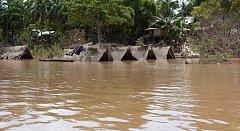 Protržení přehrady na jihu Laosu způsobilo zatopení šesti okolních vesnic. Střechu nad hlavou údajně ztratilo až 6600 lidí.