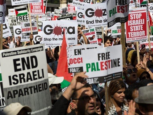 Desetitisíce lidí dnes v Londýně demonstrovaly za ukončení bojů v Pásmu Gazy, kde od počátku současného konfliktu mezi Izraelem a Palestinci zemřely již na dvě tisícovky osob.