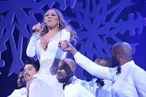 MARIAH CAREY. Popová diva zpívá nejslavnější vánoční hit All I Want For Christmas Is You. Stal se její nejslavnější písní.