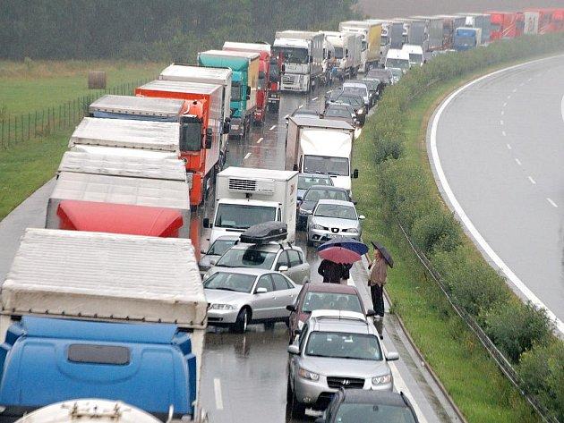 Dopravní nehoda v pátek 6. srpna 2010 zcela zastavila na dvě hodiny provoz na 130. kilometru dálnice D5 u Mchova na Tachovsku.