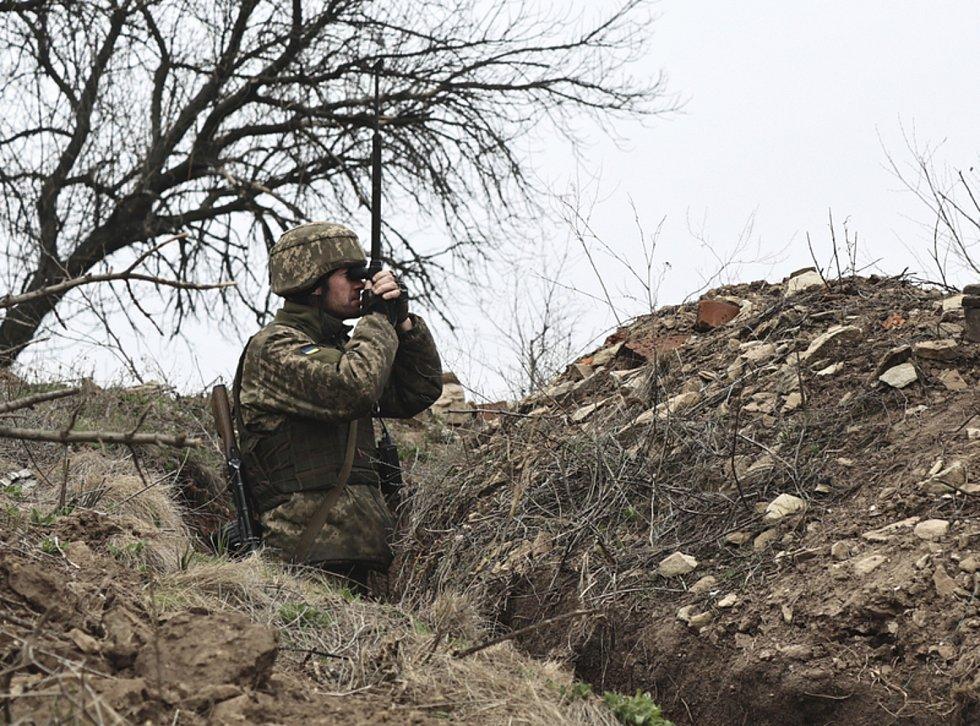 Ukrajinský voják poblíž pozic proruských rebelů u Doněcku, 12. dubna 2021.