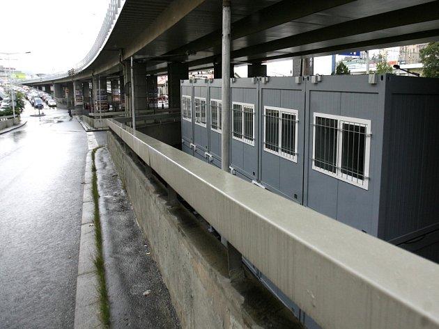 Několik nových mobilních buněk pro lidi bez domova stojí pod mostem pražské magistrály v blízkosti rohu ulic Bolzánova a U Bulhara.