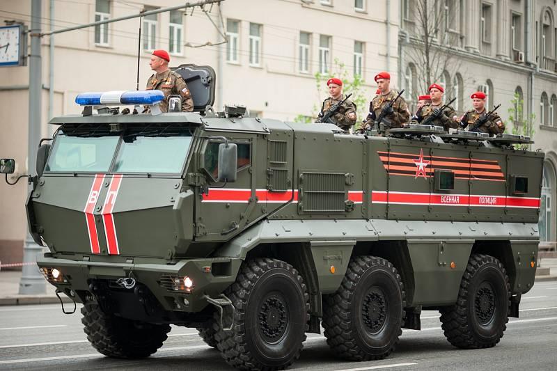 Kamaz Typhoon tvoří rodinu multifunkčních modulárních obrněných vozů odolných vůči minám. Vyrábějí se od roku 2014, ruská armáda jich má ve výzbroji přibližně tři stovky. Interiér pojme až 16 vojáků.