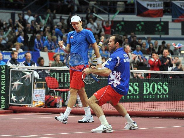 Tomáš Berdych (vlevo) a Radek Štěpánek zajistili českému daviscupovému týmu důležitý druhý bod ve čtyřhře.