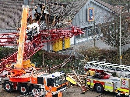 Na supermarket v západoněmeckém městě Bad Homburg se dnes převrátil stavební jeřáb.