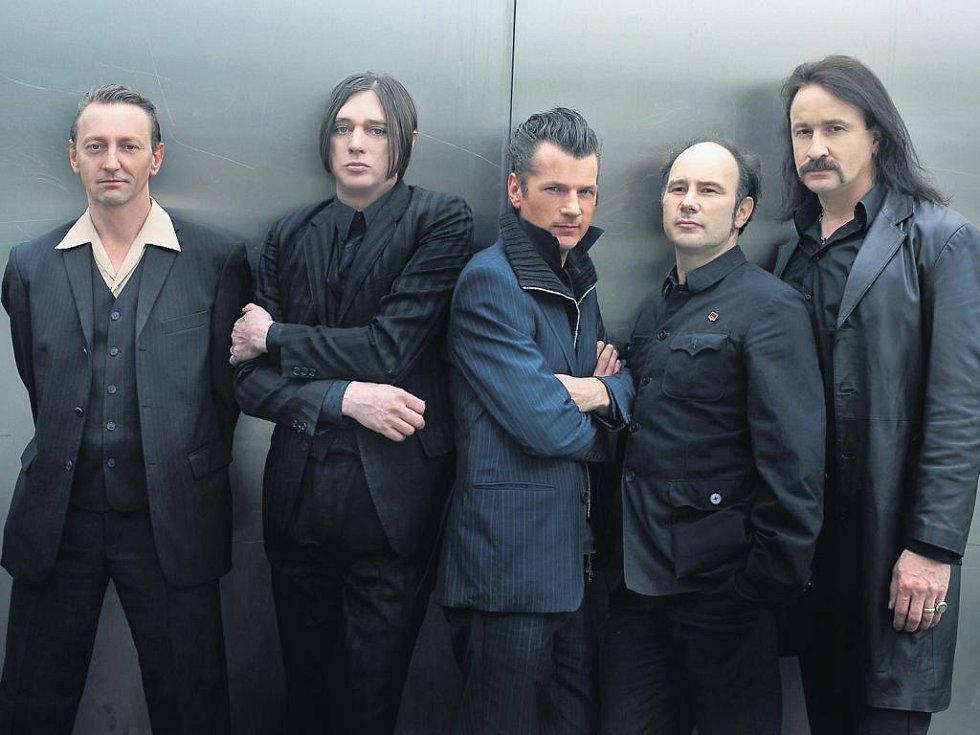 Němečtí průkopníci industriálního rocku Einstürzende Neubauten.